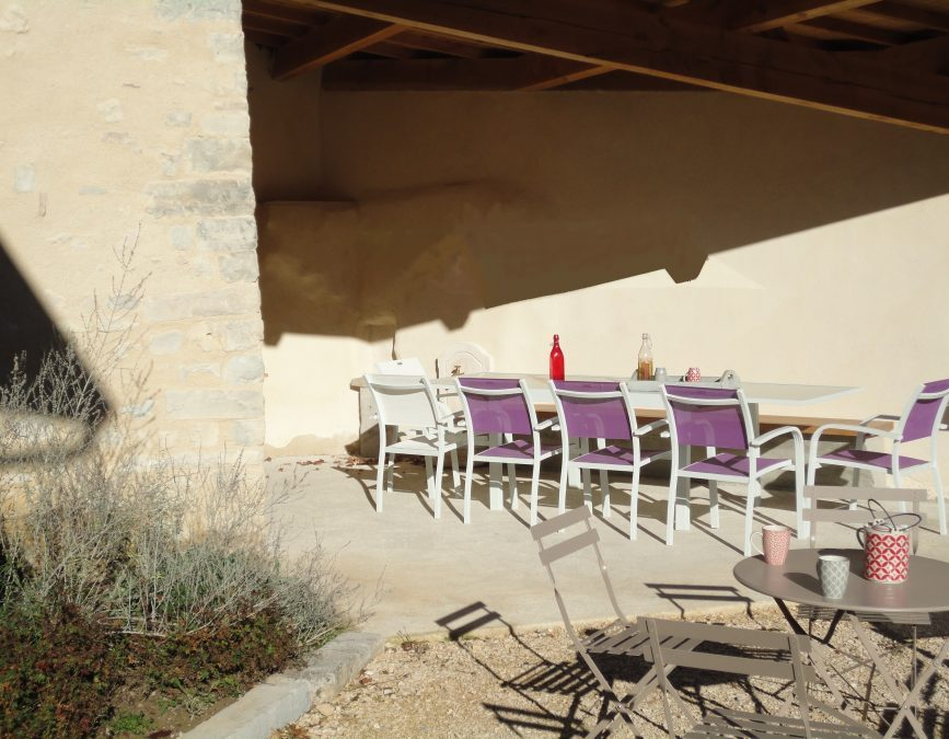 La terrasse ombragée avec barbecue, du gîte Matin d'été